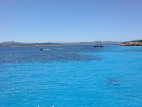 Vor der Küste in hellblauem Wasser.