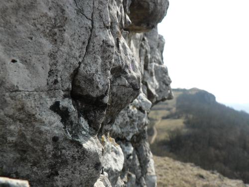 Felswand blickt in Landchaft.