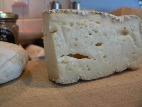 Käse auf dem Schneidebrett.