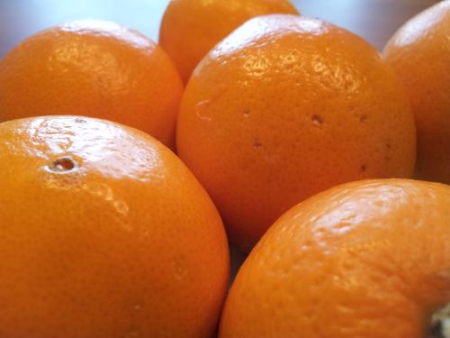 Saftig glänzende Orangen.