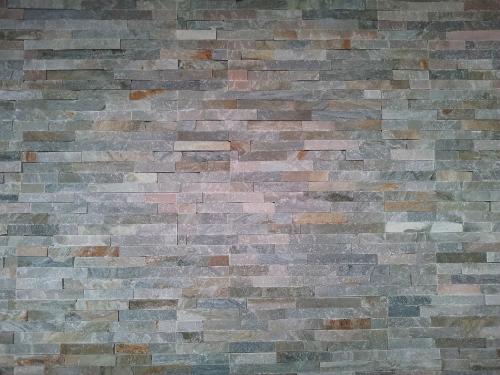 Eine Mauer aus flachen Steinen.