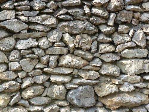 Steine zu einer Wand gestapelt.
