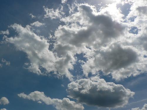 Weiße Wolkenfetzen auf Blauem Himmel